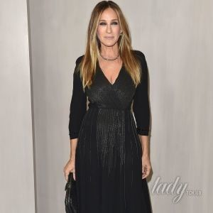 В элегантном платье с акцентом на декольте: Сара Джессика Паркер сходила в музей