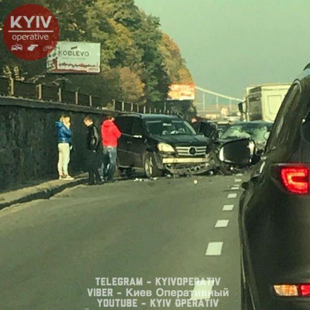 НаНабережному шосе вКиєві сталася ДТП, проїзд обмежено
