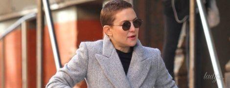 В забавных брюках и сером пальто: Кейт Хадсон на прогулке в Нью-Йорке