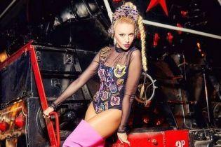 В кокошнике-наушниках и розовых ботфортах: Оля Полякова предстала в гламурном образе в поезде