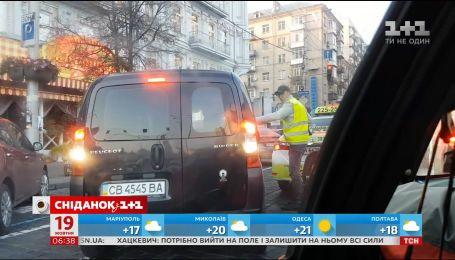 Як на вулицях Києва і далі заробляють паркувальники