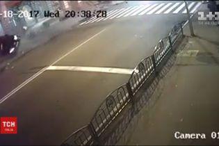 У Мережі з'явилось відео з кадрами нічної ДТП у Харкові