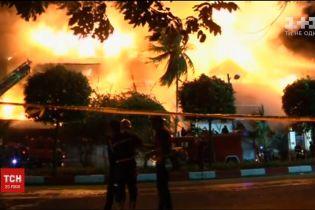 У М'янмі спалахнув люксовий готель, побудований із дерева