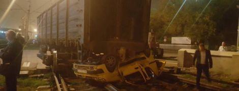 В Одесі вантажний потяг розчавив легковик, який намагався проскочити на червоне світло