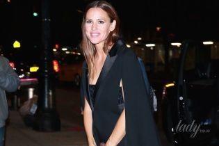 В кроссовках и вечернем платье за 7 тысяч долларов: Дженнифер Гарнер на концерте в Нью-Йорке