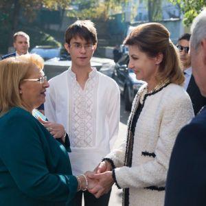 В молочном пальто и элегантном платье: Марина Порошенко посетила школу