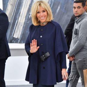 В мини-платье и ярких туфлях Louis Vuitton: Брижит Макрон на выставке в Париже