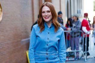 """В мини из денима: Джулианна Мур приехала на шоу в стильном """"джинсовом"""" образе"""