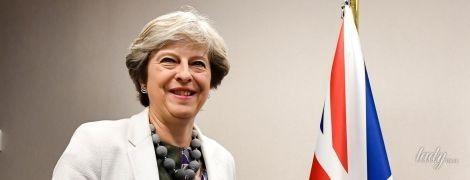 В игривом настроении: Тереза Мэй в пестром платье приласкала президента Еврокомиссии