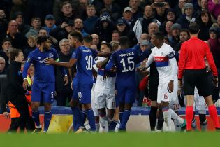 Англійський фанат поліз у бійку футболістів з дитиною на руках