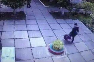 Появилось видео похищения 1,5-месячного младенца в Киеве