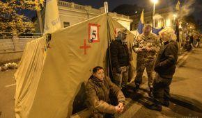Мітингувальники біля Ради висунули ультиматум президенту, а поліція затримала чоловіка зі зброєю