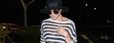 В джинсах и ярких тапках Gucci: стильная Кэти Холмс в аэропорту