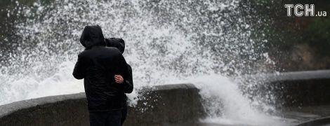 По Великій Британії вдарив потужний шторм, десятки авіарейсів скасовані, є загроза затоплень