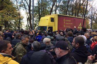 Под Радой произошла потасовка: полиция не пускала на митинг аппаратуру