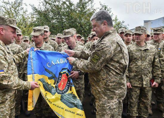 Порошенко в Авдіївці нагородив орденами та медалями більше 30 військових