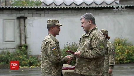 Порошенко посетил Авдеевскую промзону, раздал награды и сообщил о ротации