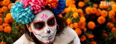 Жуткие красавицы: в Мексике состоялся парад Катрины ко Дню Мертвых