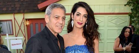 Амаль Клуни надела на премьеру фильма платье с открытыми плечами