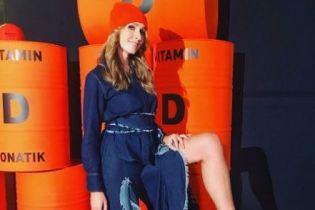 В платье с разрезом и красных ботильонах: Катя Осадчая похвасталась длинными ногами