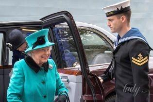 Как всегда, яркая: 91-летняя королева Елизавета II в бирюзовом пальто побывала на военном корабле