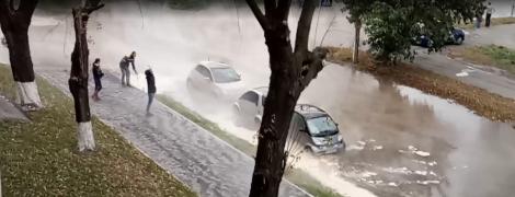 У центрі Києва гейзер пробив вулицю і залив окропом припарковані авто