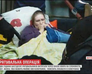 Жінку вагою майже в 400 кілограм дві години витягали через вікно, аби доправити на лікування в Німеччину