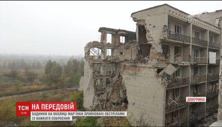 На окраине Марьинки боевики выстрелами из тяжелого вооружения разрушают дома