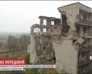 На околиці Мар'їнки бойовики пострілами із важкого озброєння руйнують будинки