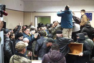 В Киеве активисты разгромили зал суда после того, как полиция применила против них газ