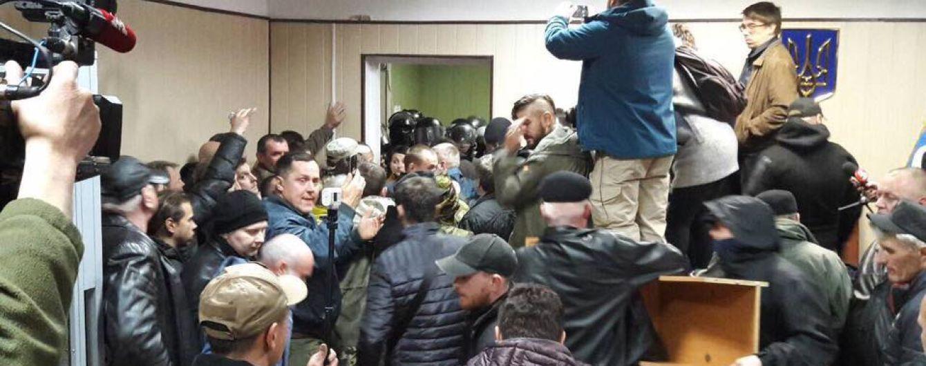 """""""Перебросили через стойку и заломали"""": журналисты рассказали о пережитом в Святошинском суде"""