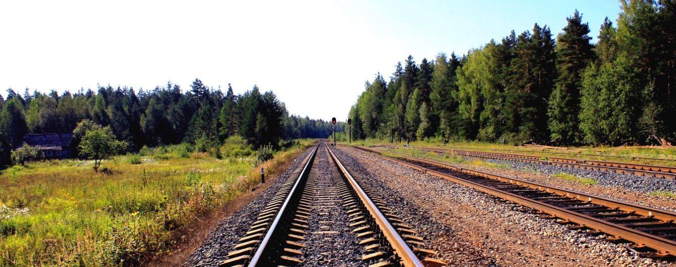 Под колесами поезда на Полтавщине погибла пара подростков на скутере