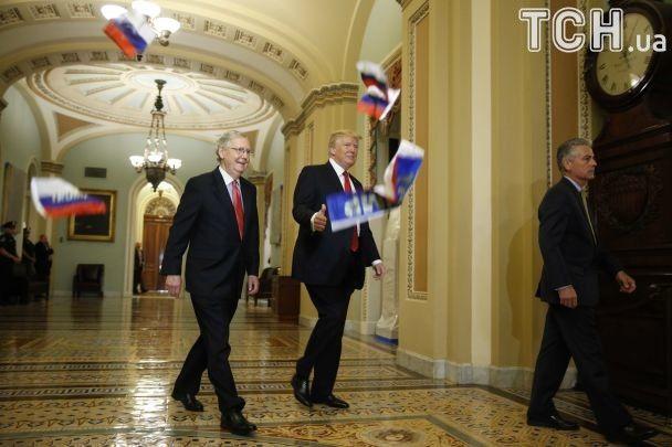 Трамп — це зрада: президента США закидали прапорами РФ