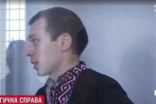 Підозрюваний у зраді України блогер прийшов на суд у вишиванці