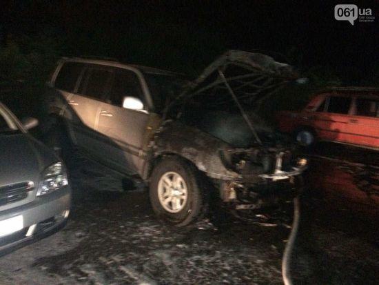 У центрі Запоріжжя невідомі накинулися з ножем на чоловіка і спалили його авто