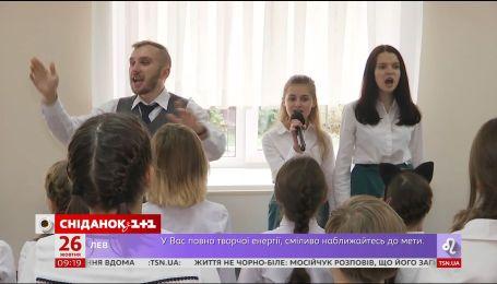 Учні та вчителі столичної гімназії імені Драгоманова вітають альма-матер з 15-літтям