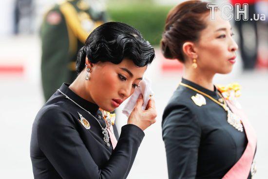 Сльози принцес та море людей в чорному. Як Таїланд прощається зі своїм королем