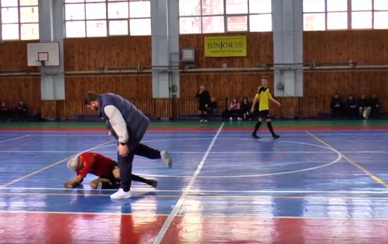 Тренер з футзалу нокаутував арбітра під час матчу у Харкові