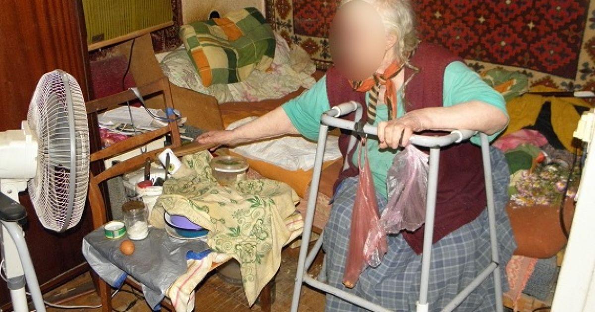 На вулиці Зодчих у Києві сусідка жорстоко побила та обікрала пенсіонерку.  Про це відділ комунікації поліції Києва. Зокрема fabead5996076