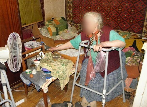 У Києві жінка жорстоко побила та пограбувала немічну 80-річну сусідку