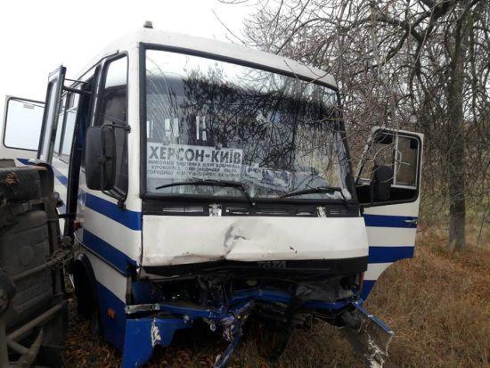 На Миколаївщині легковик зіткнувся з рейсовим автобусом, є загиблий