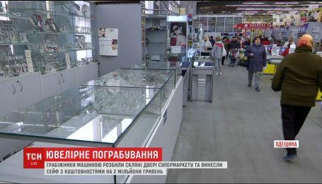 На Одещине грабители машиной разбили двери супермаркета и вынесли сейф из ювелирного отдела