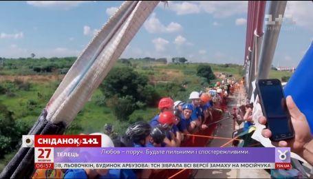 Почти 250 экстремалов одновременно прыгнули с моста