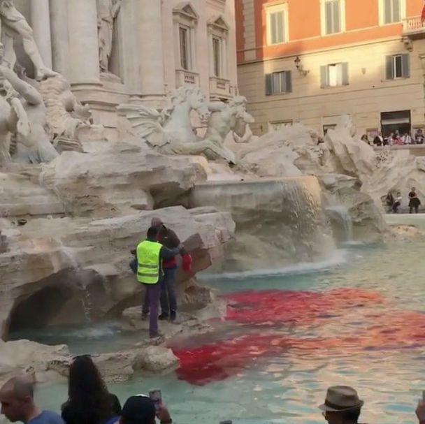 Римський фонтан зафарбували червоною фарбою назнак протесту проти бруду і корупції