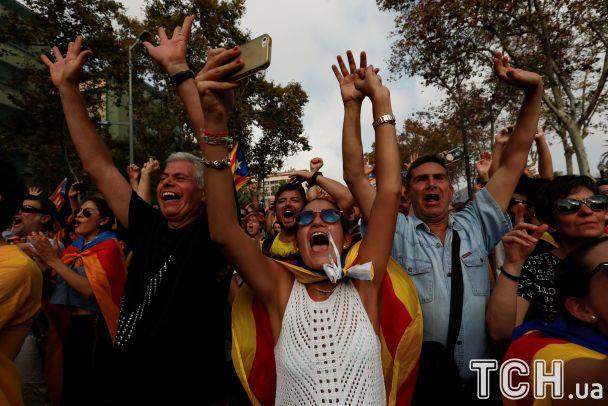 Слезы и брызги шампанского. Как в Каталонии празднуют провозглашение независимости