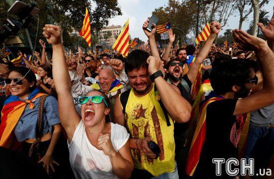 Сльози і бризки шампанського. Як у Каталонії святкують проголошення незалежності