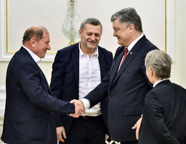 """Порошенко нагородив Чийгоза й Умерова орденами """"За заслуги"""""""