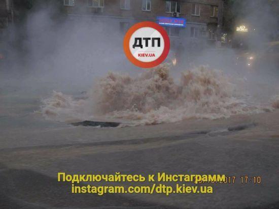 У Києві з-під асфальту пробився фонтан гарячої води