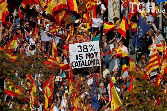 Тисячі людей вийшли на мітинг проти незалежності Каталонії, а Іспанія стягнула гвардійців