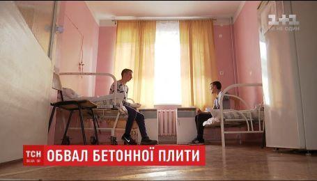 Хлопці, на яких напередодні обвалився навіс будинку, розповіли про пережите